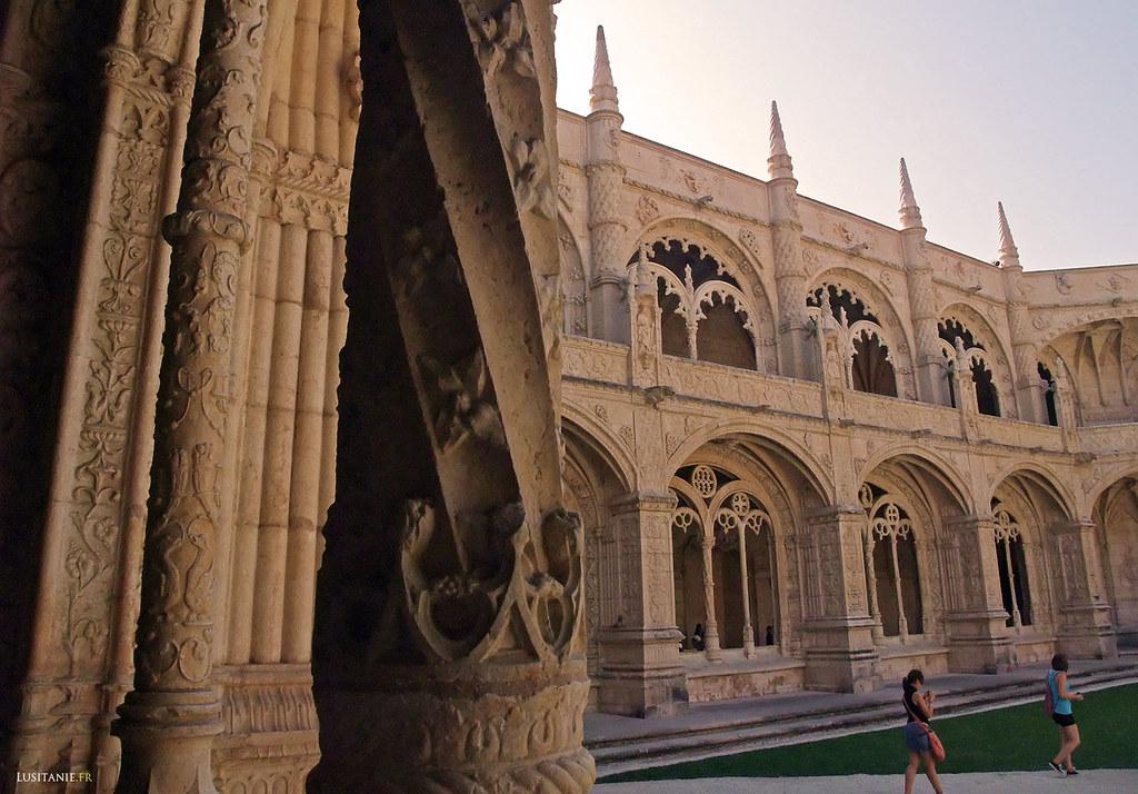 Colonne torsadée de pierre, typique du manuélin
