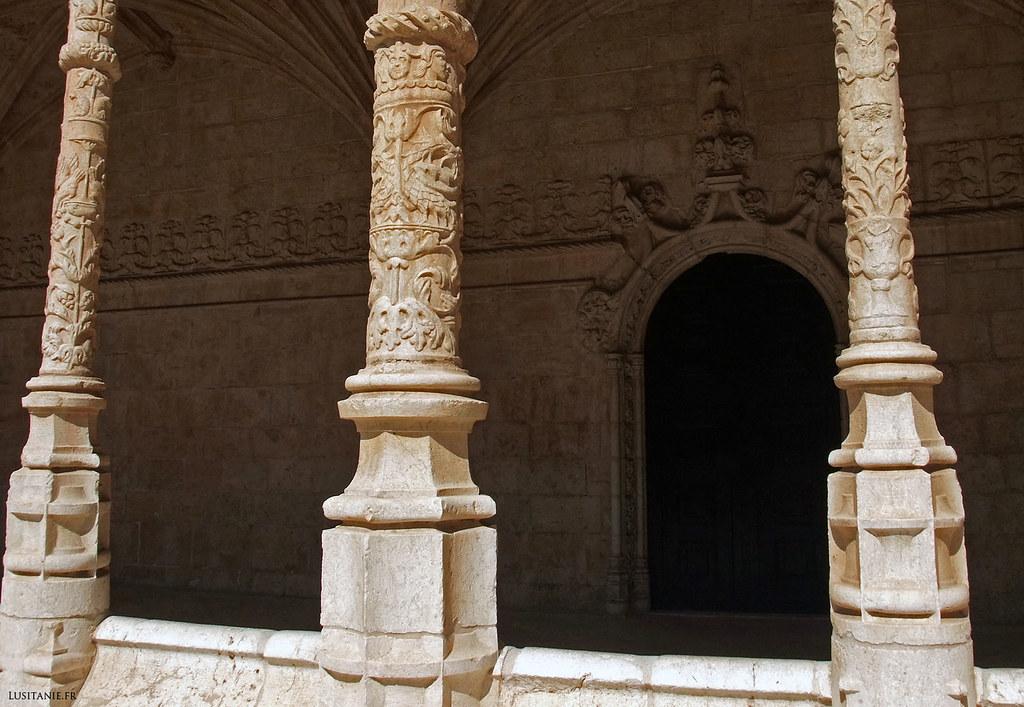 Chaque colonne du cloître est finement sculptée