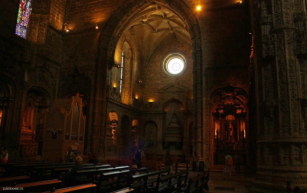Au fond, dans la chapelle, le tombeau du roi
