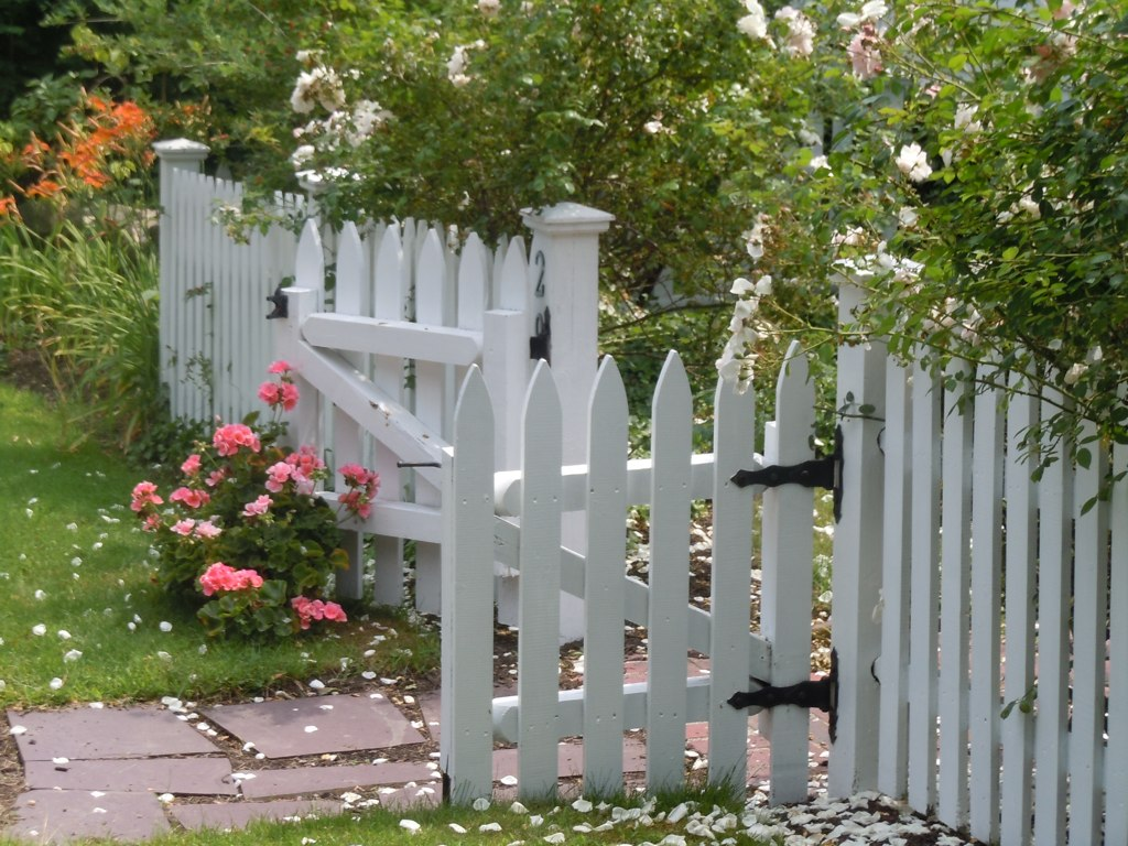Colonial garden gate pattynwalter flickr for Pretty fencing ideas