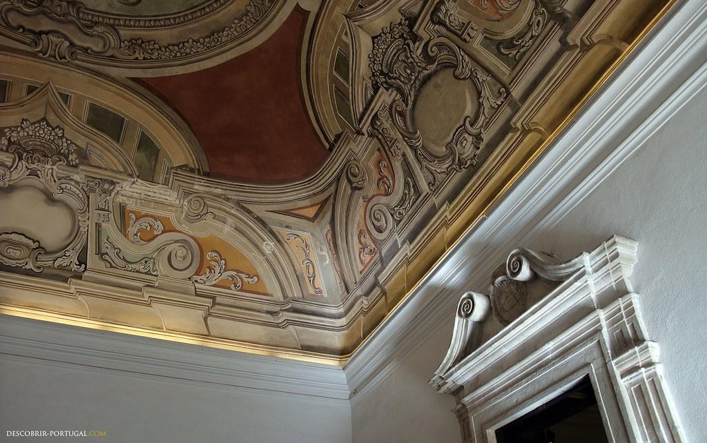 Le plafond est peint