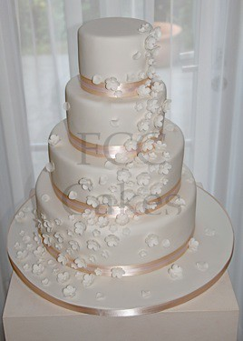 pice monte gteau de mariage cascade de fleurs blanches by the french cake company - Piece Montee Mariage