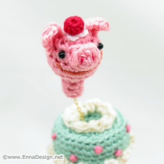Miniature Amigurumi Pop-Out Cake Ring | by enna design
