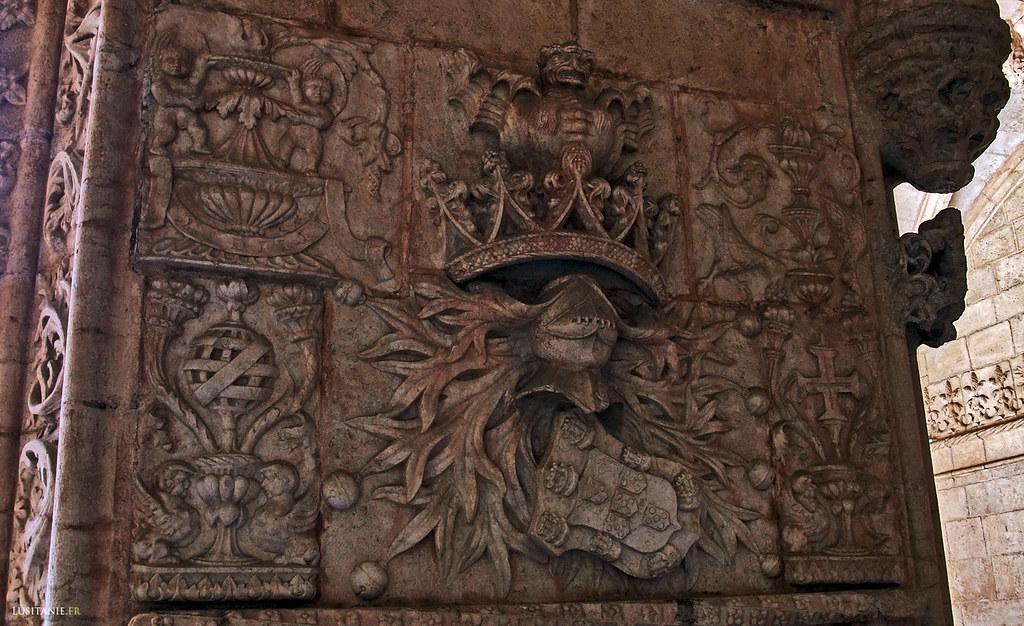 Détail d'une colonne du cloître, avec les armoiries du Portugal