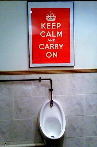"""""""Keep calm and carry on""""  en el baño de mi pub favorito ..."""