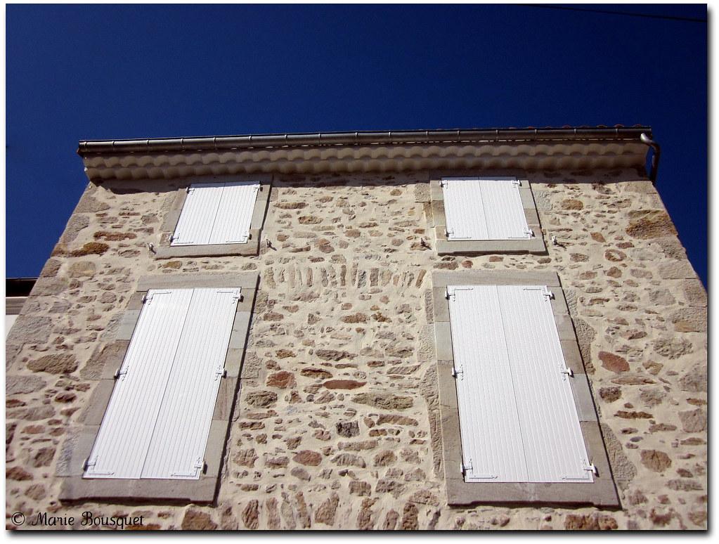 Maison Facade En Pierre maison avec façade en pierre et volet blanc en plein midi | flickr
