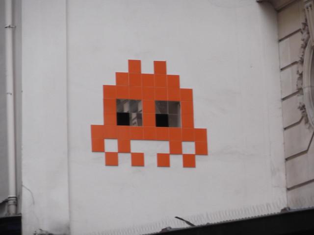 Un space invader rouge avec des yeux en miroir for Miroir rouge
