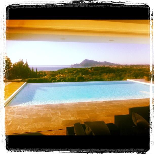 Piscina infinity en gresite color blanco piscina for Gunitec piscinas