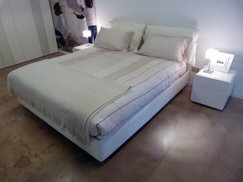 Letto nathalie flou outlet 1 vista d 39 insieme del letto for Outlet letti flou