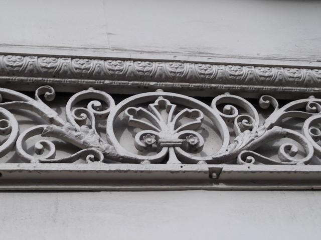 D coration en fer forg peint au dessus de la porte d un for Decoration porte fer