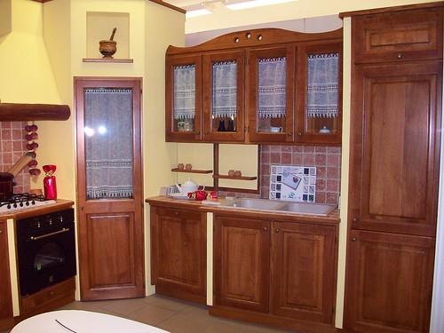 Cucina in legno rovere e muratura con dispensa ad angolo for Poli arredamenti