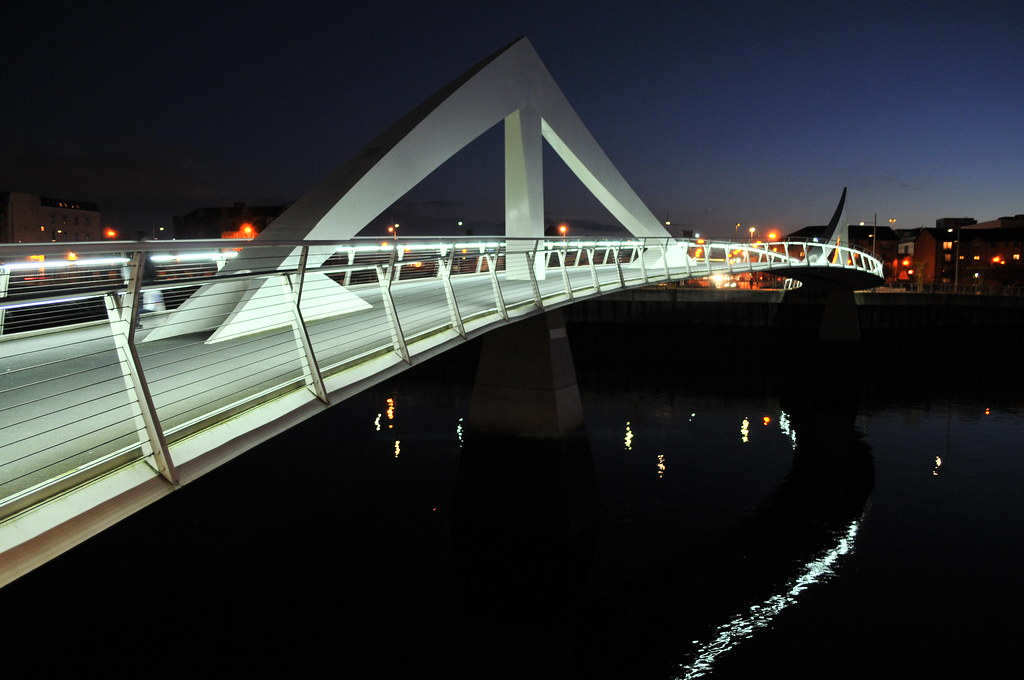 the Tradeston footbridge at night