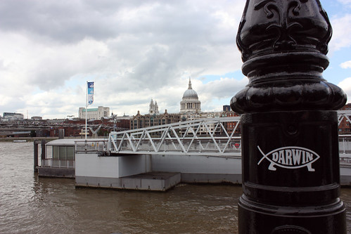St. Paul's Cathedral and Darwin Fish | by ObjetitoSinCultos