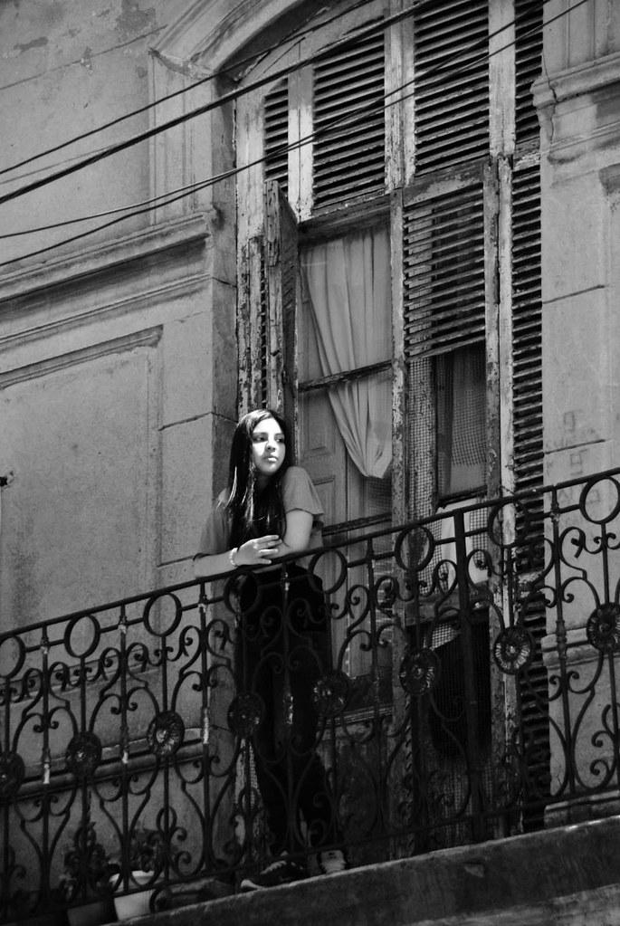 La fille au balcon quartier de la boca argentine for Accesorios para toldos de balcon