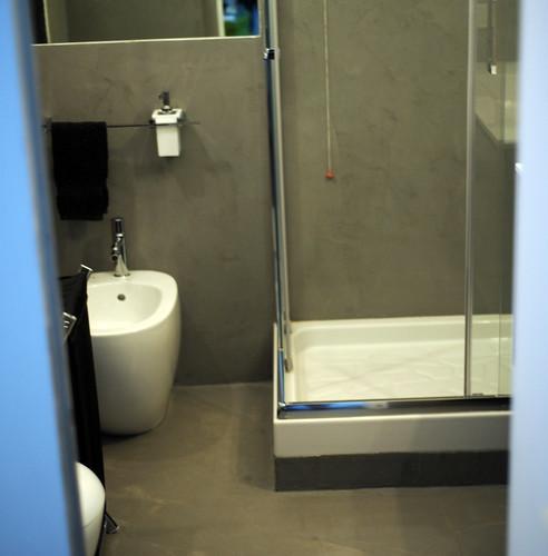 Bagno in resina spatolato grigio effetto cemento  ImbianCHino.CH by Alpenste...