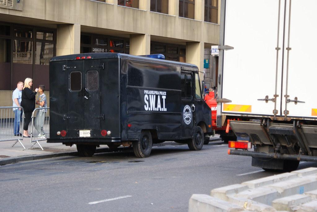 S.W.A.T.* S.W.A.T·Featuring Real - Eins, Zwei Polizei