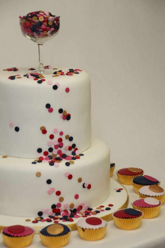 Hochzeitstorte Mit Muffins Cupcakes Confetti Www Suess Und Flickr