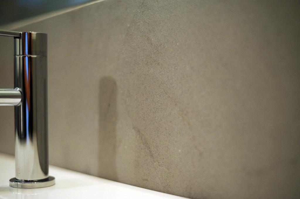 Bagno in resina spatolato grigio effetto cemento resining di