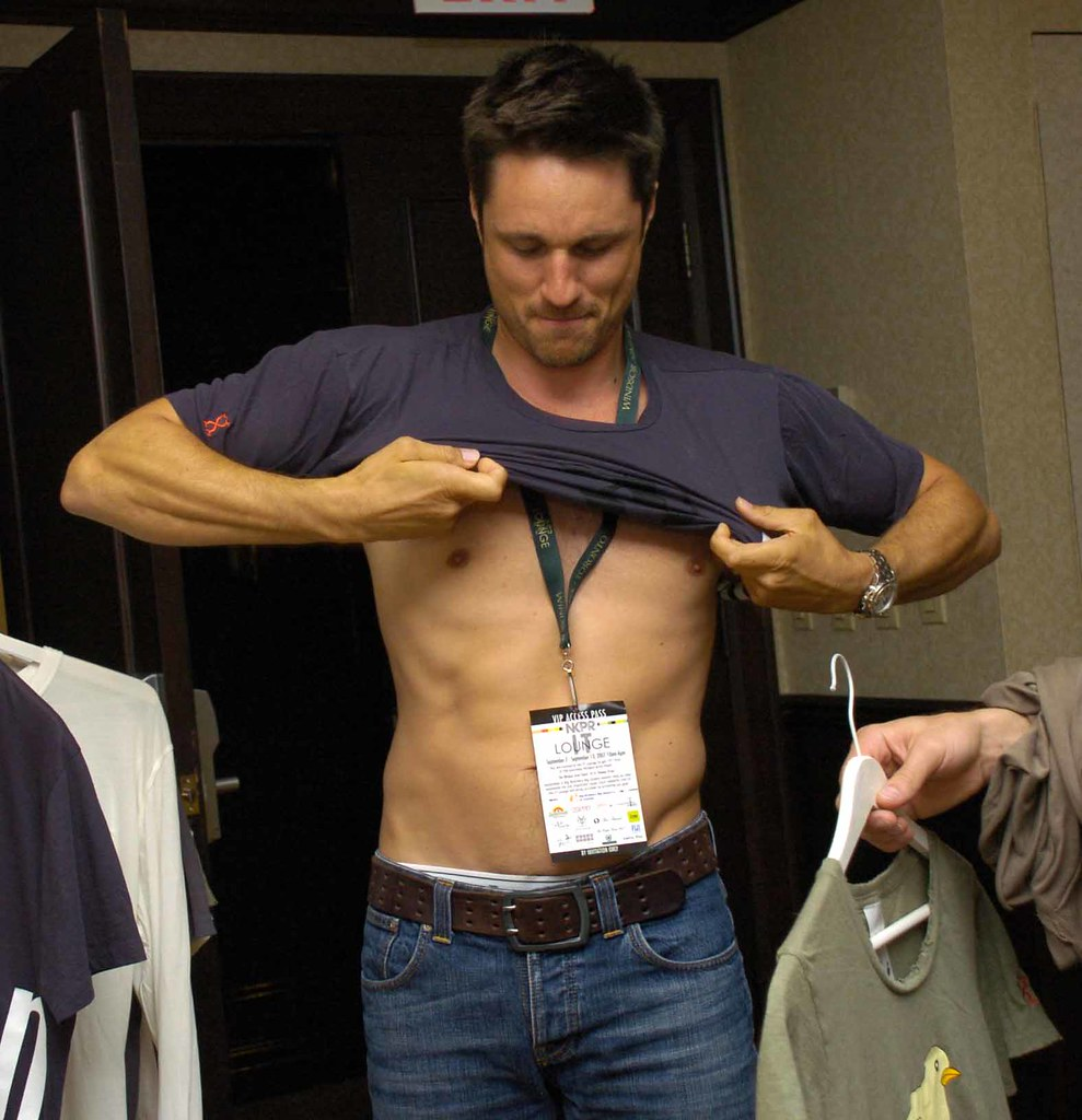 Actor Martin Henderson tries on a Trove T-shirt | At the ...