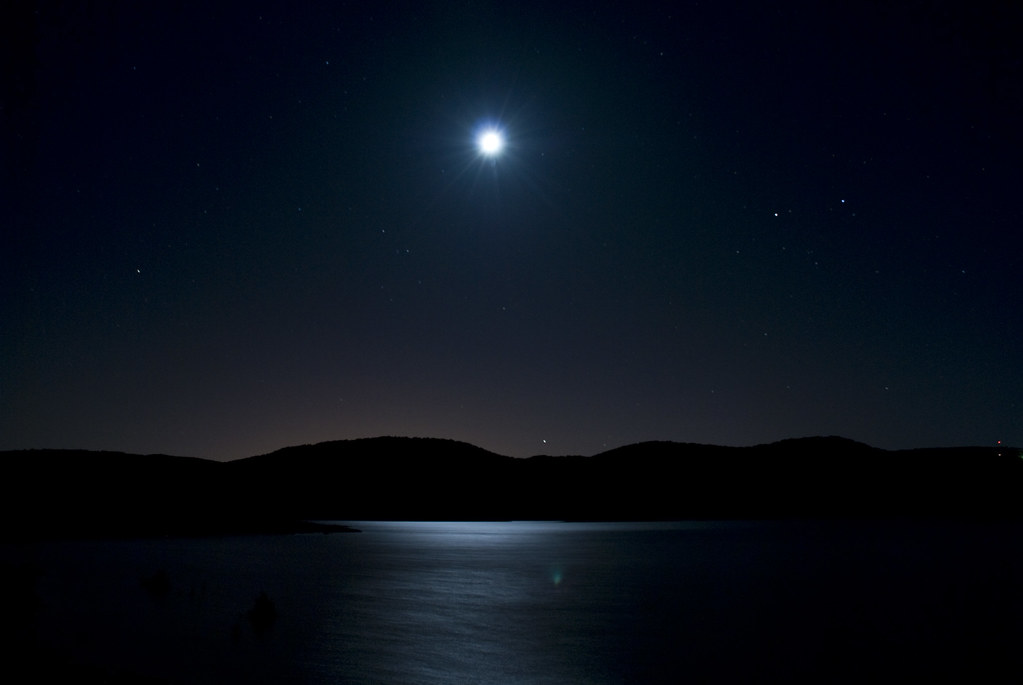 starry night embalse de entrepeñas con luna llena kaxiii b flickr