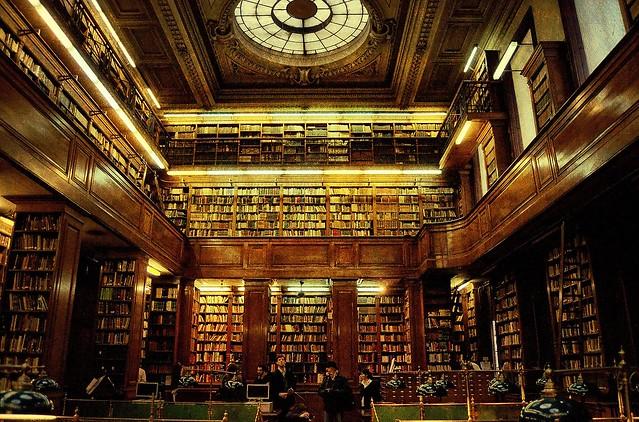 Biblioteca de Hogwarts...
