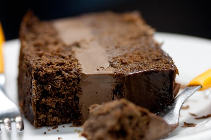 Bolo de chocolate com cobertura de porra - 4 7