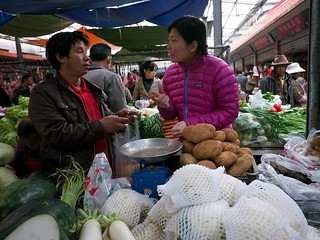 110822 Szu-ting buying onions | by Planet Granite