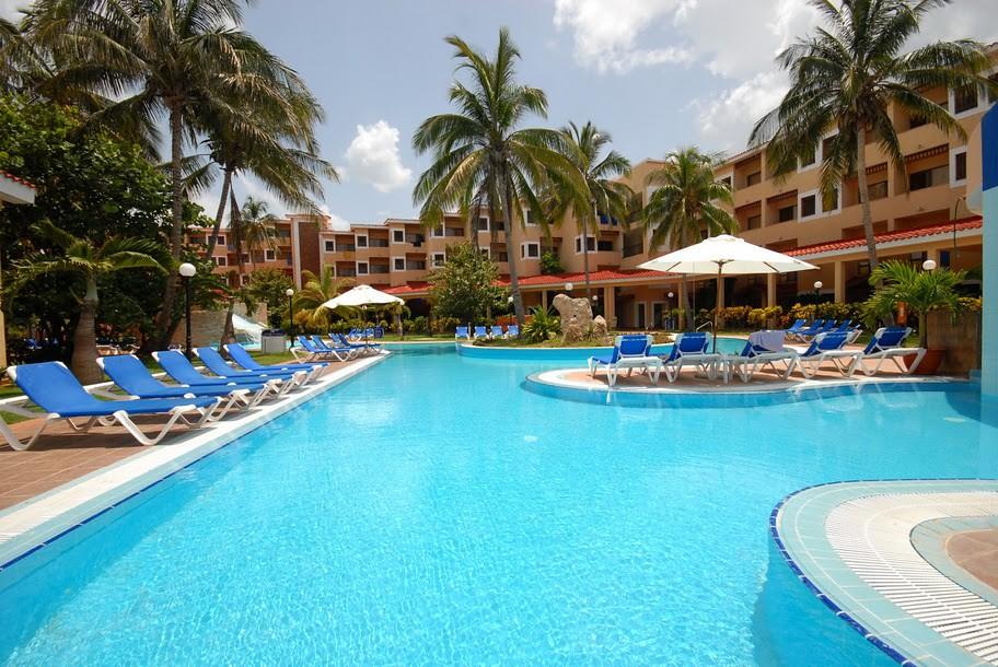 Piscina pool piscina del hotel be live las morlas en for Follando en la piscina del hotel