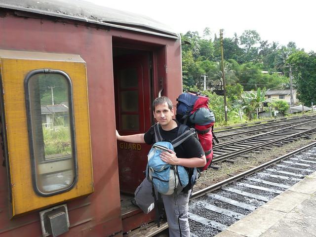 Sele subiendo a un tren (Esta foto fue utilizada para la serie de Mochilero en América)