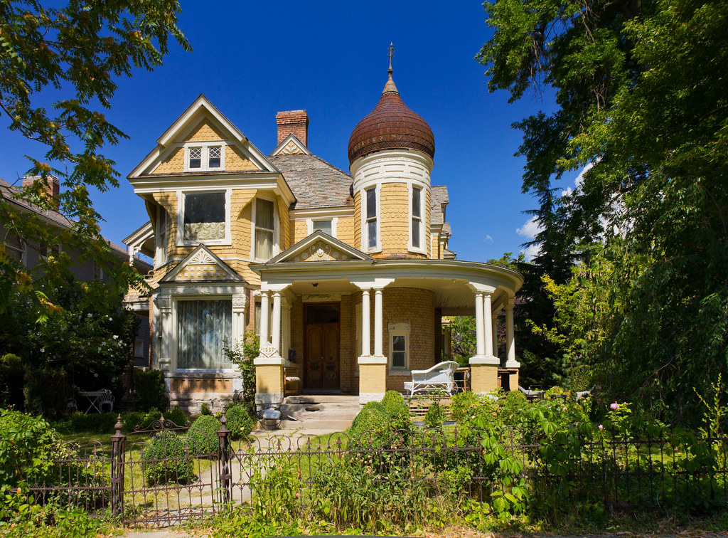 Charming old yellow victorian house built in 1896 for Who invented houses