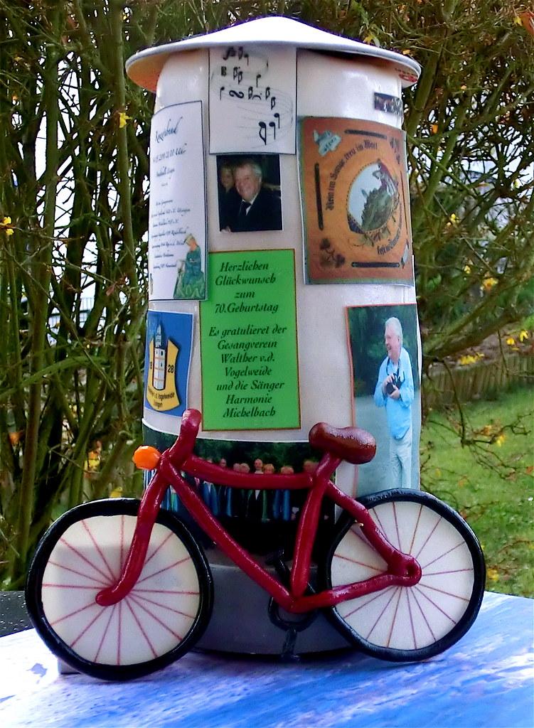 Essbare Litfaßsäule mit Fahrrad | Die Litfaßsäule besteht au… | Flickr