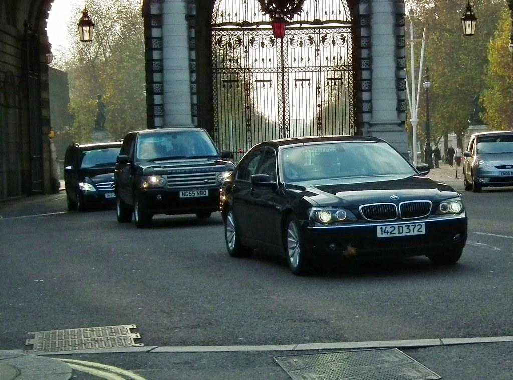 met police seg convoy 2006 range rover v8 se following a