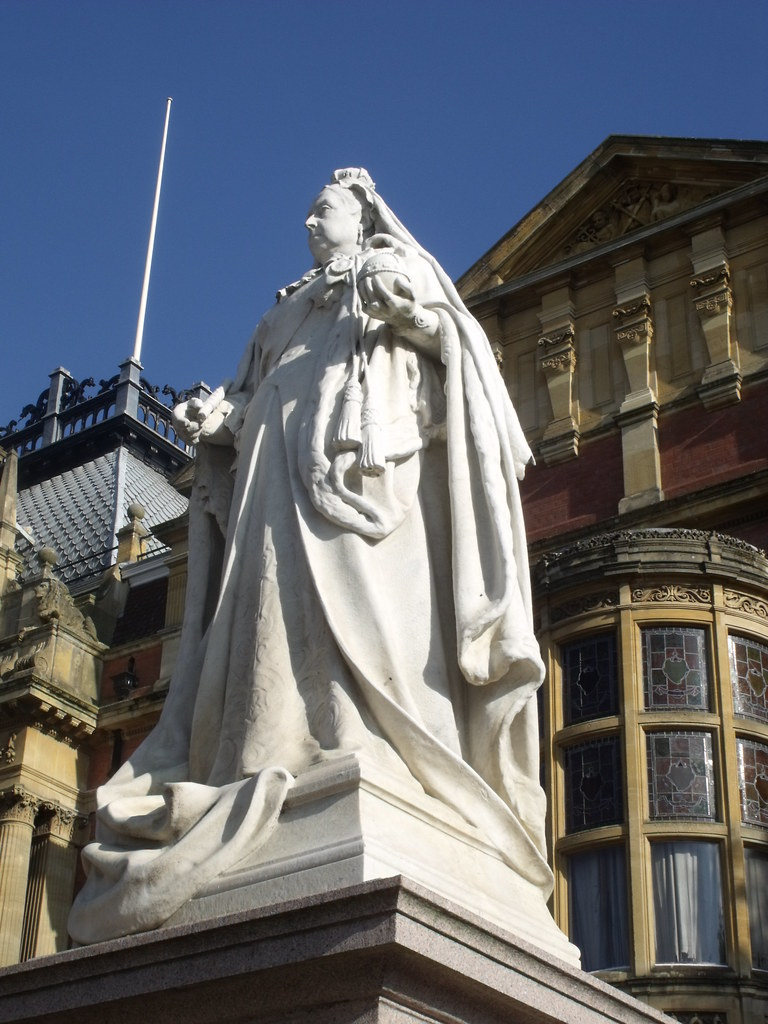 Statue of Queen Victoria outside the Town Hall in Leamingt ...