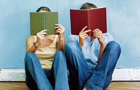 studentw with open books in fromt of their faces