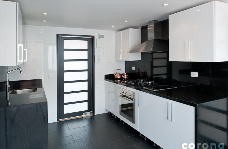 Materiales y colores en contraste 8 cocina en negro y for Ver disenos de cocinas integrales
