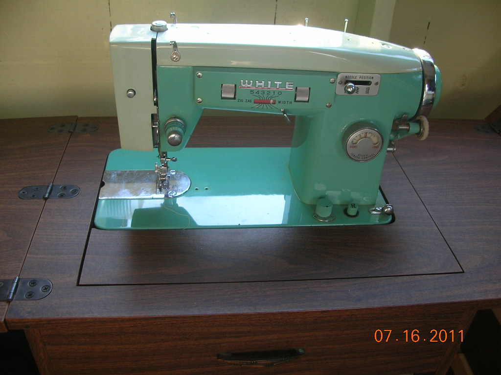 Vintage WHITE Zigzag Sewing machine model 40 a 40 garag Flickr Delectable White Sewing Machine