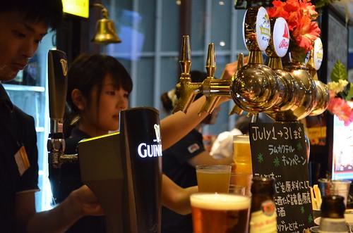 秋葉原のHubのビールカウンター