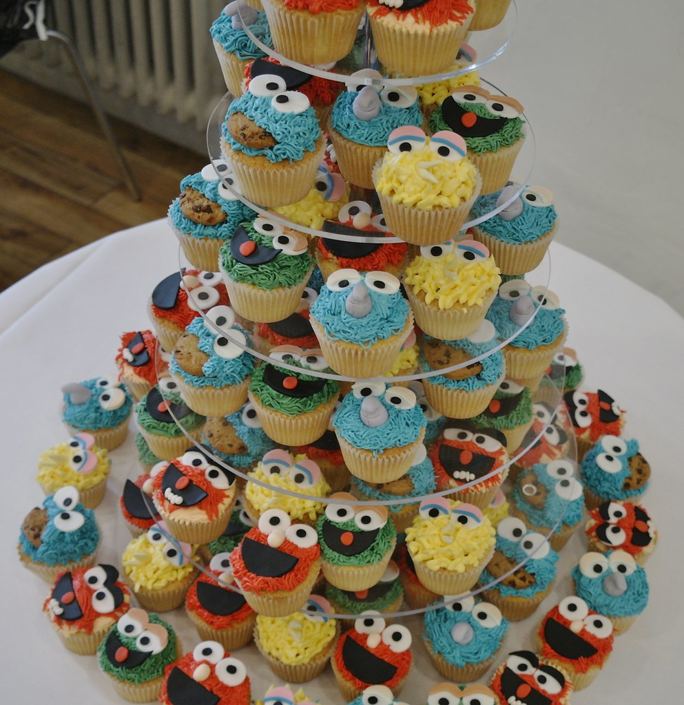 Number  Birthday Cake With Cupcakes