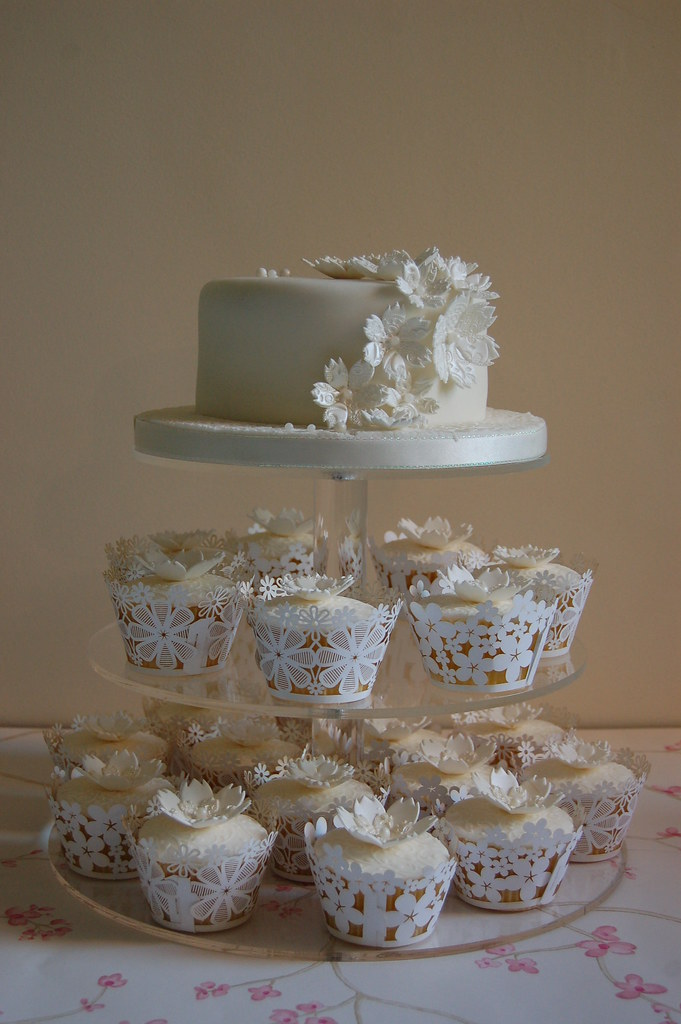 White Lace Wedding Cake Matching Cupcakes 6 Rich Chocol Flickr