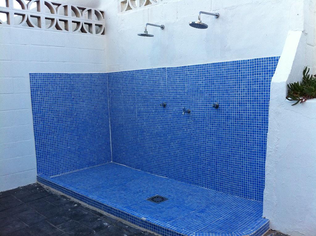 Duchas comunitarias espacio de duchas comunitarias para for Duchas para piscinas exterior