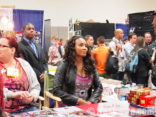 Vivica Fox talks to fans at Comic Con | by trashwire