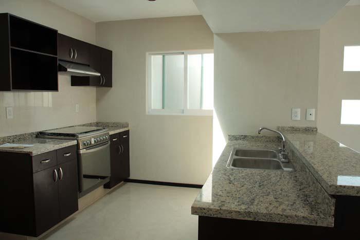 Cocina con barra de doble altura mi casa en cuernavaca for Altura barra cocina