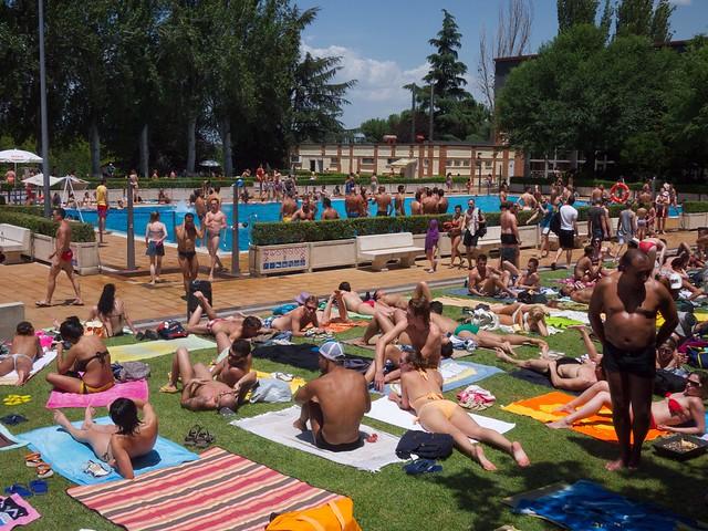 piscina el lago madrid popular municipal pool in