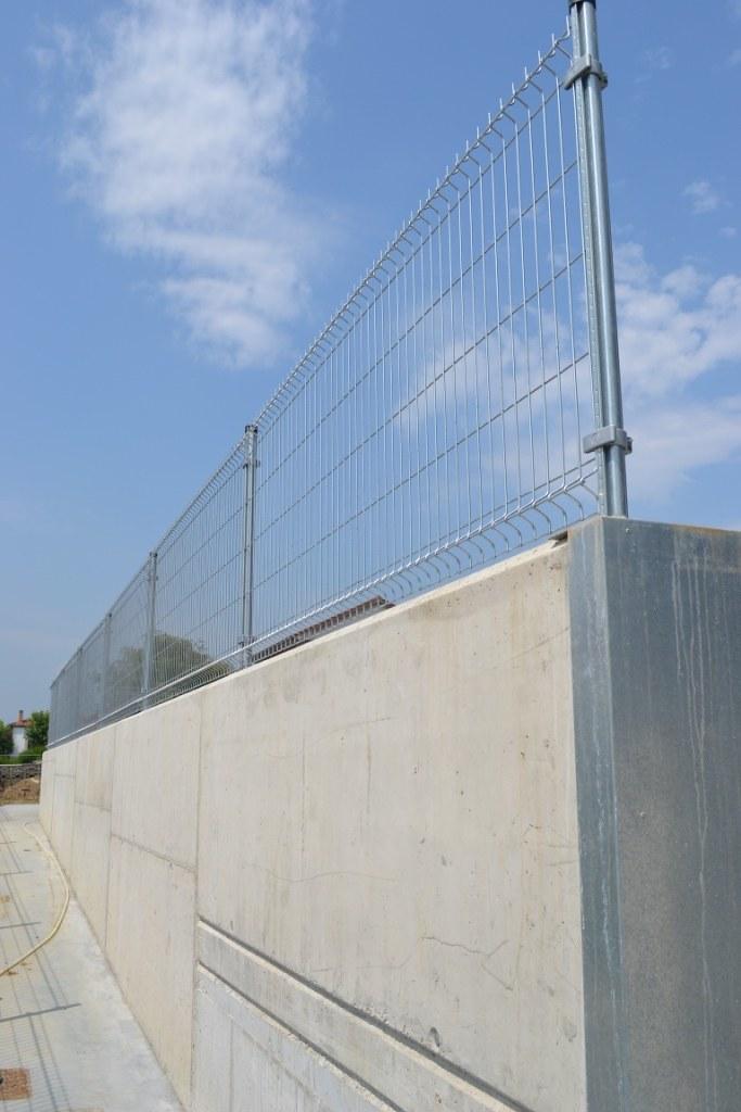 Valla met lica sobre muro cerramiento de jard n fincas for Valla metalica jardin
