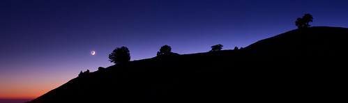 Moon setting over the ridge | by Simon Christen - iseemooi