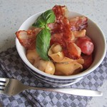 Tortelloni-Topf mit Tomate und Basilikum