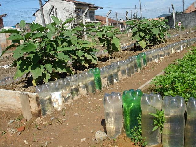 Horta Girassol - Bancales hechos con botellas de plástico
