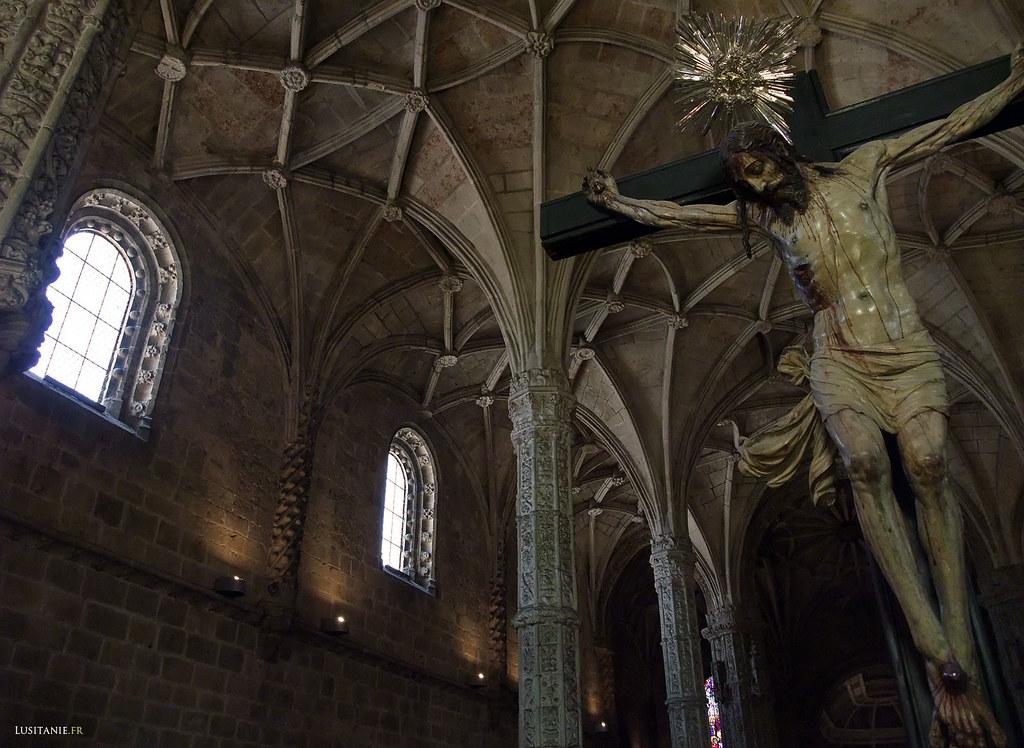 Le Christ sur sa croix, dans le deuxième cœur de l'église