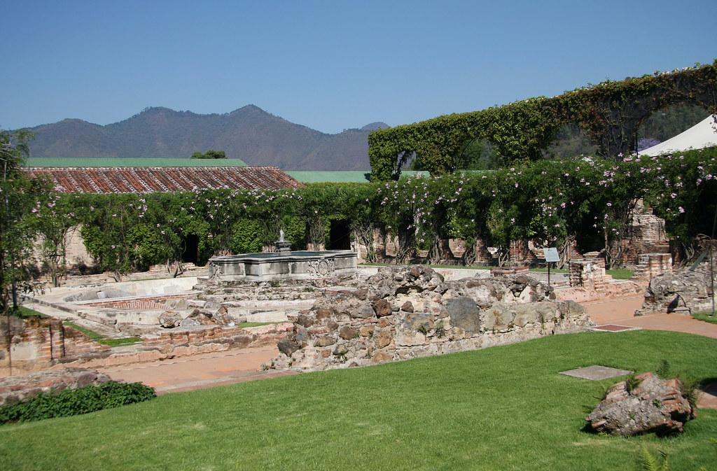 Antigua guatemala jardines y fuente hotel casa santo dom for Casa jardin guatemala
