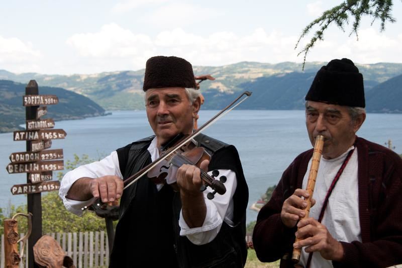 d5b64358f2958 ... la mosca tse tse Serbische Musiker in rumänischer Tracht (Eisernes Tor)